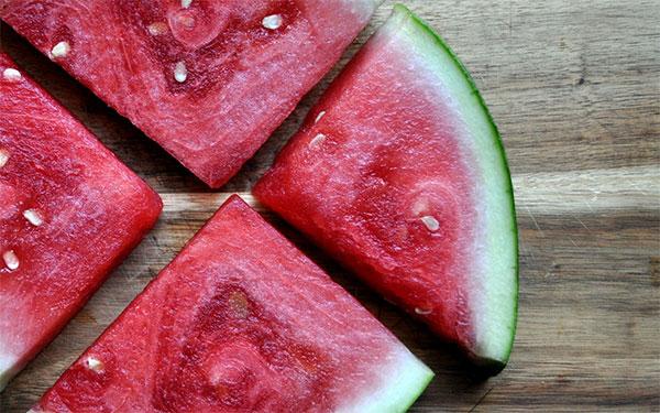 Yaz aylarının sevilen meyvesi Karpuzun Faydaları